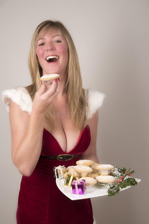 Vrouw die een Mince pastei eten royalty-vrije stock foto