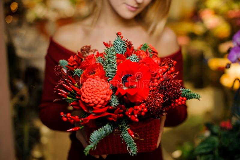 Vrouw die een mooi boeket van rode bloemen houden voor de Valentine-dag stock fotografie