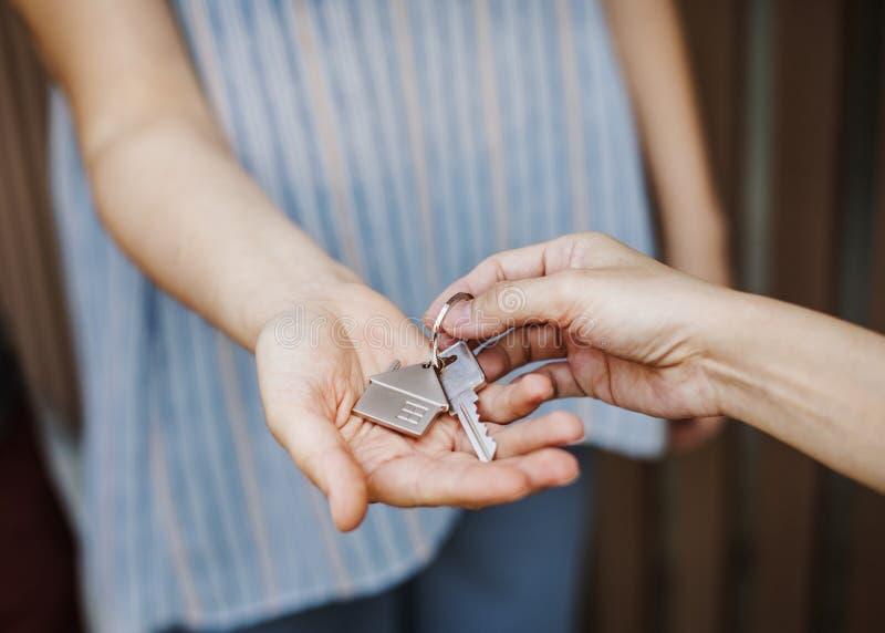 Vrouw die een nieuw huis kopen stock afbeeldingen