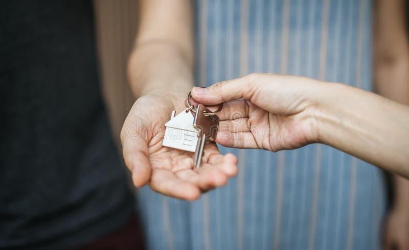 Vrouw die een nieuw huis kopen stock afbeelding