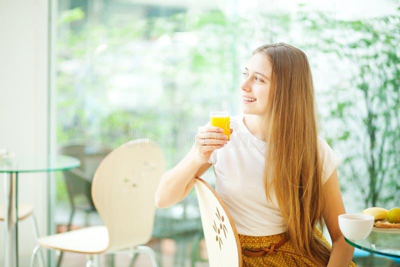 Vrouw die een ontbijt hebben bij koffie royalty-vrije stock afbeelding