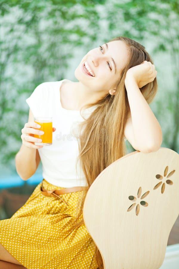 Vrouw die een ontbijt hebben bij koffie royalty-vrije stock fotografie
