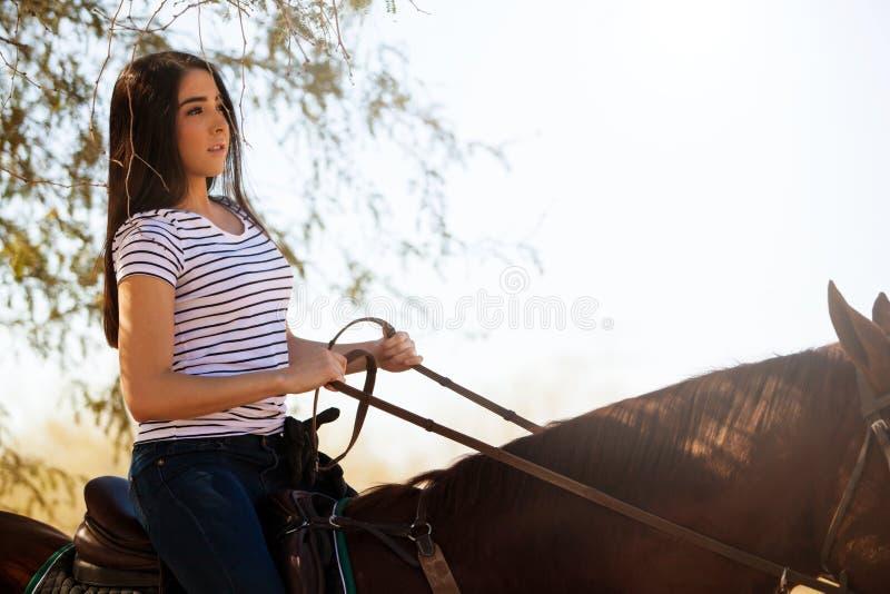Vrouw die een paard berijden royalty-vrije stock fotografie