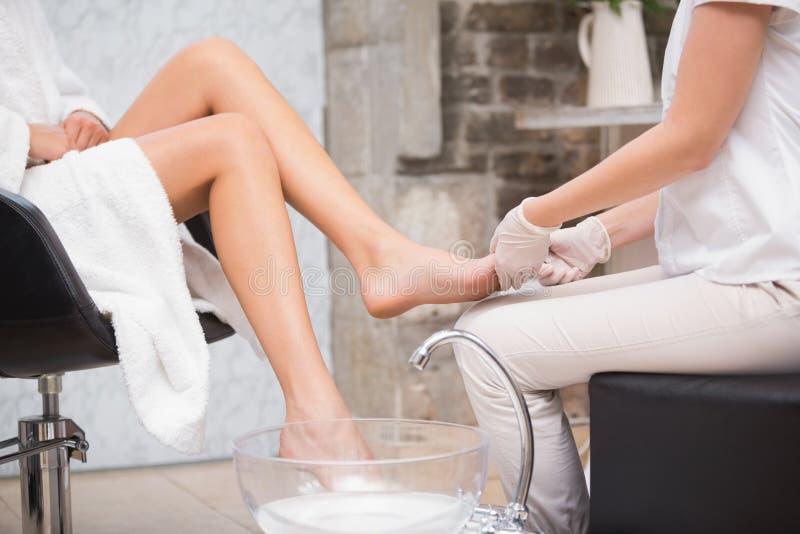 Vrouw die een pedicure van schoonheidsspecialist krijgen royalty-vrije stock foto's