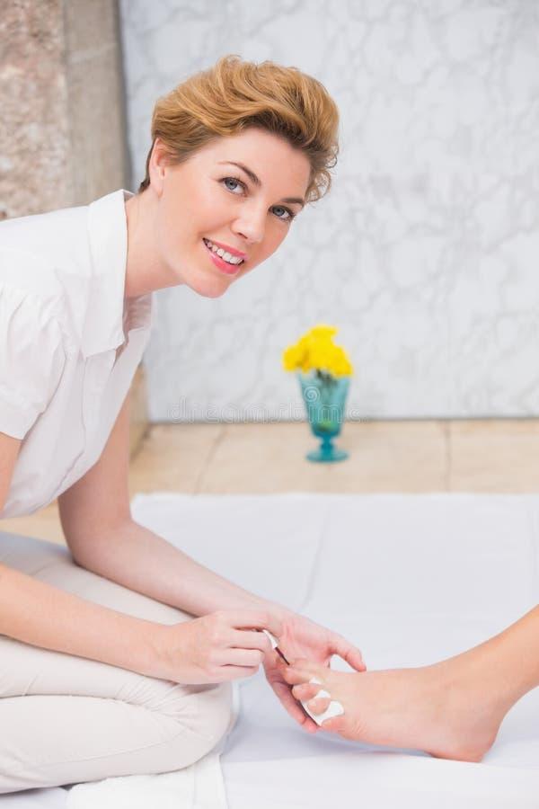 Vrouw die een pedicure van schoonheidsspecialist krijgen stock afbeelding