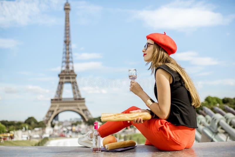 Vrouw die een picknick in Parijs hebben royalty-vrije stock foto