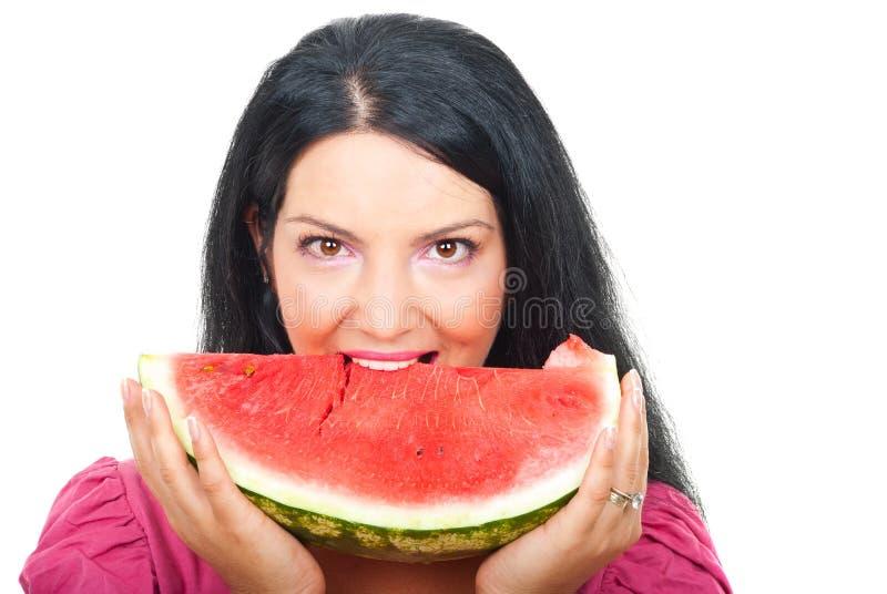 Vrouw die een plak van watermeloen bijt royalty-vrije stock afbeeldingen
