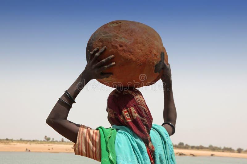 Vrouw die een pot draagt royalty-vrije stock fotografie