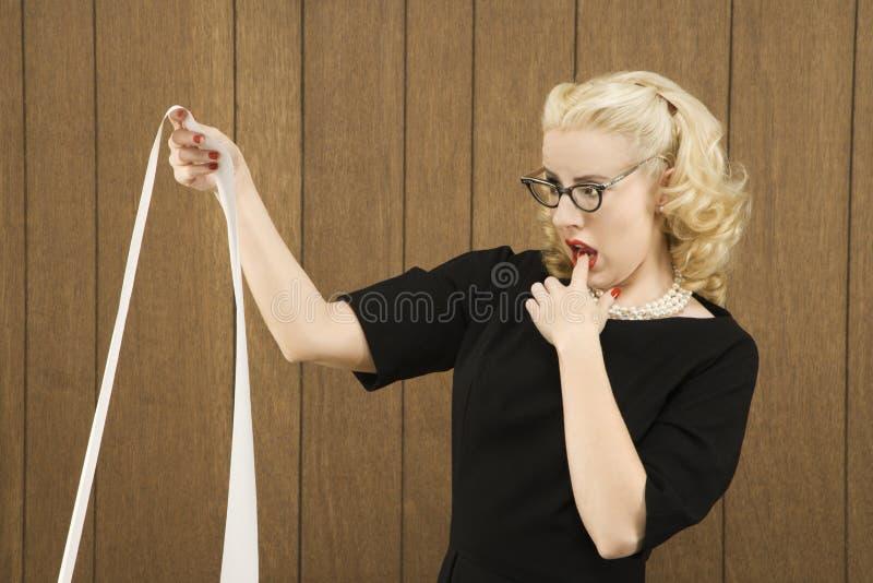 Vrouw die een printout houdt stock afbeeldingen