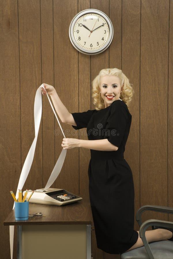 Vrouw die een printout houdt royalty-vrije stock foto