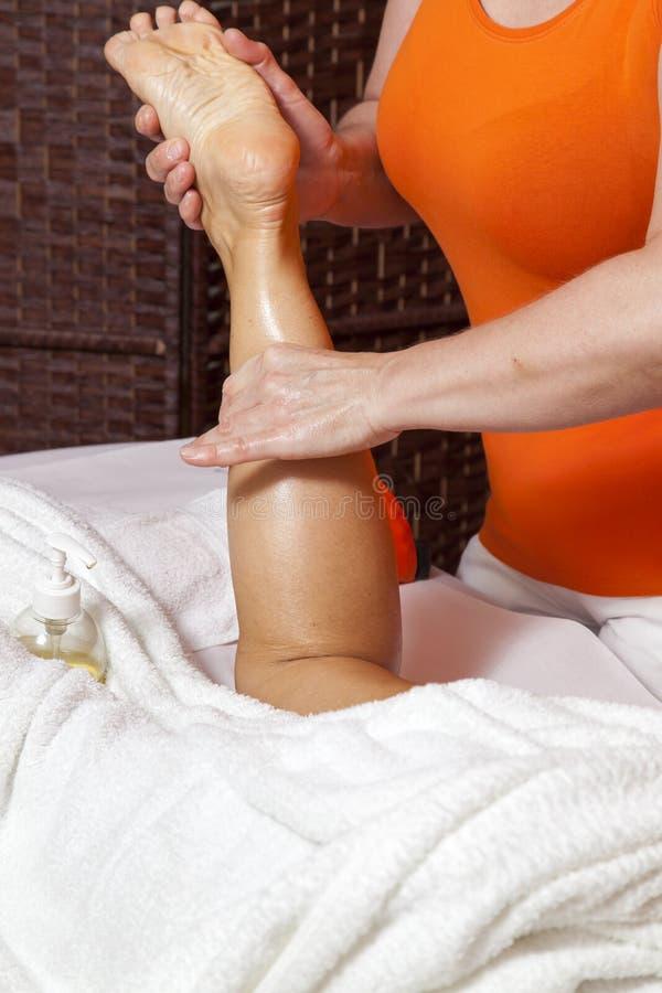 Vrouw die een professionele massage en een lymfatische drainage ontvangen - diverse techniekendemonstratie stock afbeeldingen