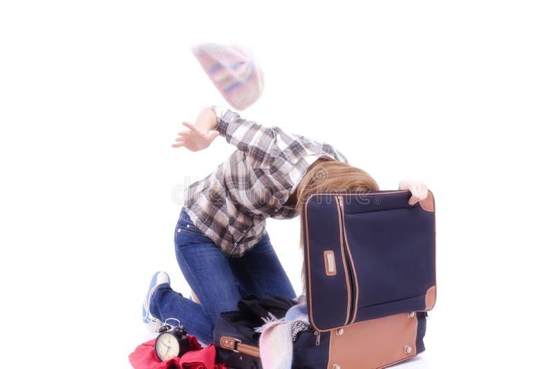 Vrouw die in een reiszak zoekt royalty-vrije stock fotografie