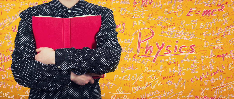 Vrouw die een rood boek houden aan het concept van het borstonderwijs als student die een handboek koesteren, houdend van kennis  royalty-vrije stock fotografie