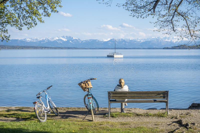 Vrouw die een rust hebben bij Starnberg-meer royalty-vrije stock fotografie