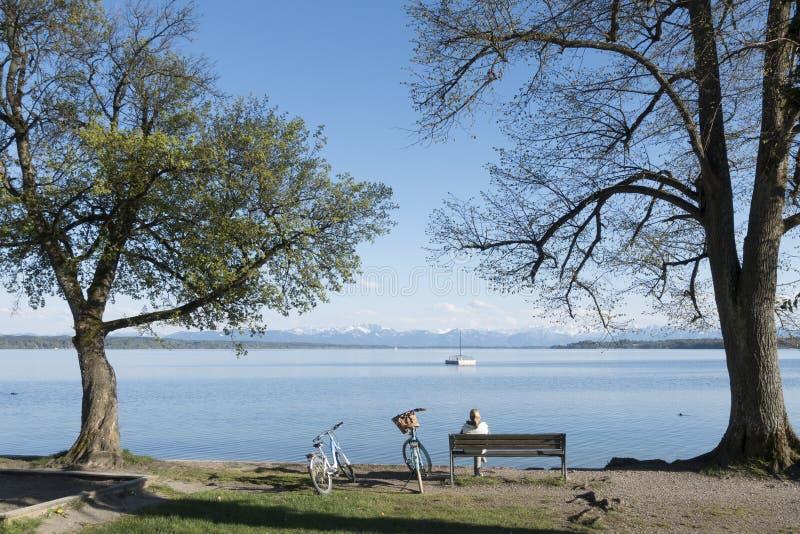 Vrouw die een rust hebben bij Starnberg-meer stock fotografie