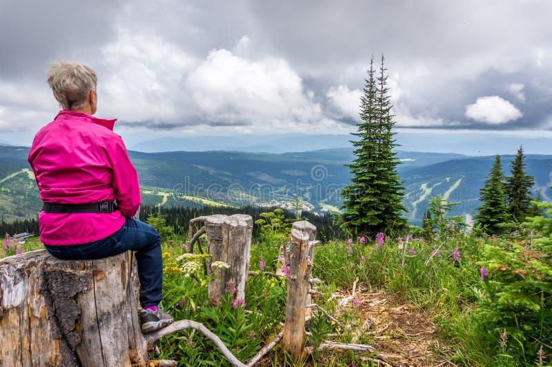 Vrouw die een Rust op een Stijging op Tod Mountain nemen royalty-vrije stock fotografie