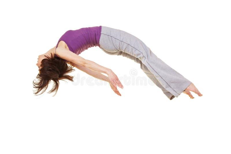 Vrouw die een salto mortale doet backflip stock afbeeldingen