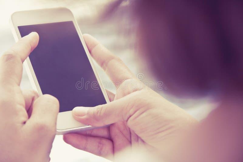 Vrouw die een slimme telefoon met behulp van stock fotografie