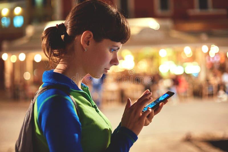 Vrouw die een smartphone gebruiken bij nacht royalty-vrije stock foto