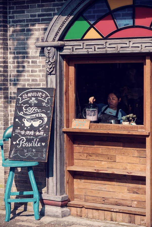 Vrouw die een smoothie in een straatkoffie voorbereiden in Anren royalty-vrije stock fotografie