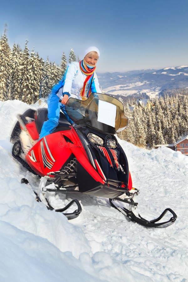 Vrouw die een sneeuwscooter berijdt royalty-vrije stock foto