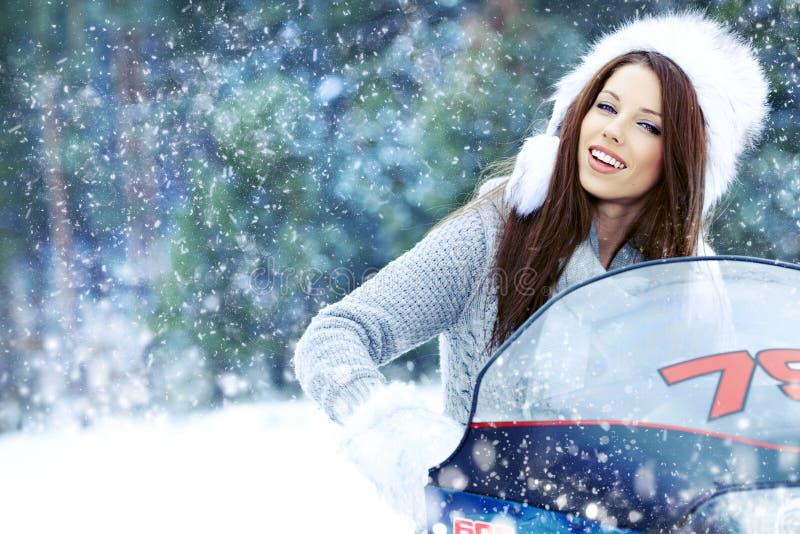vrouw die een sneeuwscooter berijdt royalty-vrije stock fotografie