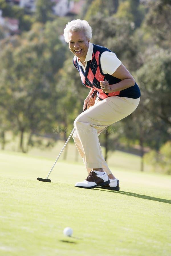 Vrouw die een Spel van Golf speelt royalty-vrije stock afbeeldingen