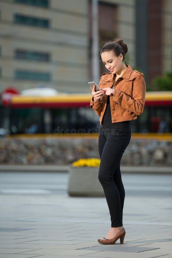 Vrouw die een tekstbericht op een mobiele telefoon lezen royalty-vrije stock afbeeldingen