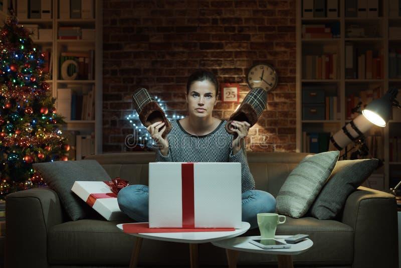 Vrouw die een teleurstellende Kerstmisgift ontvangen stock fotografie
