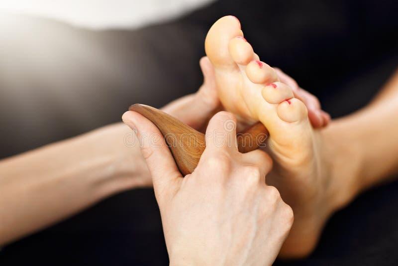 Vrouw die een Thaise voetmassage ontvangen bij het gezondheidskuuroord stock afbeeldingen