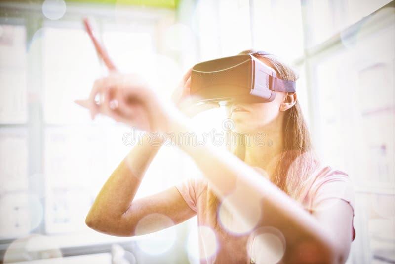 Vrouw die een virtueel werkelijkheidsapparaat met behulp van royalty-vrije stock foto's