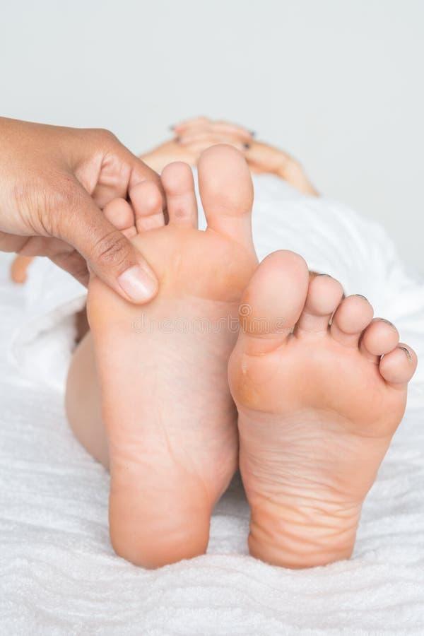 Vrouw die een voetmassage krijgen royalty-vrije stock afbeelding