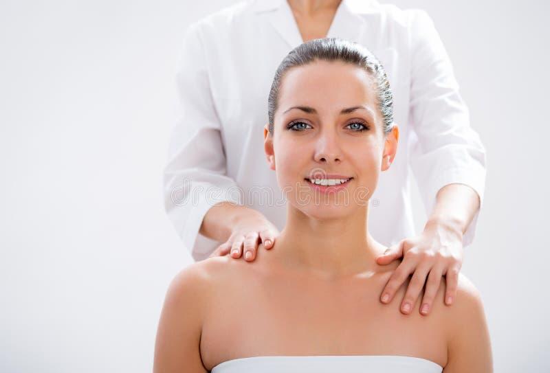 Vrouw die een wellnessmassage hebben royalty-vrije stock afbeelding