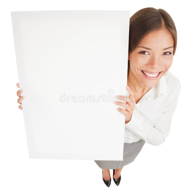 Vrouw die een witte affiche van het raadsteken tonen royalty-vrije stock foto