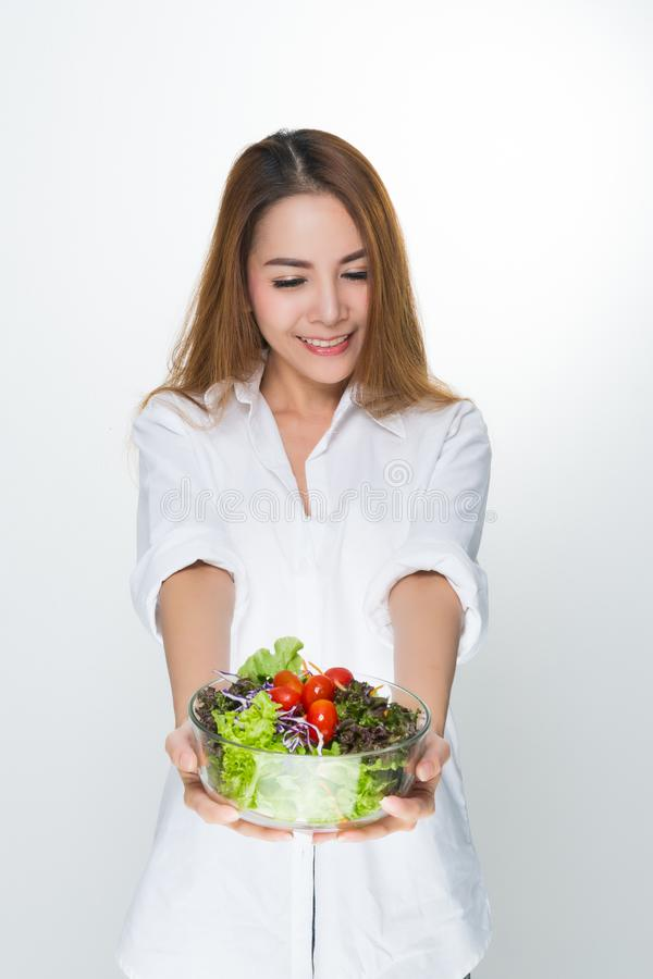 Vrouw die een witte kom dragen die een saladekom houden royalty-vrije stock foto's