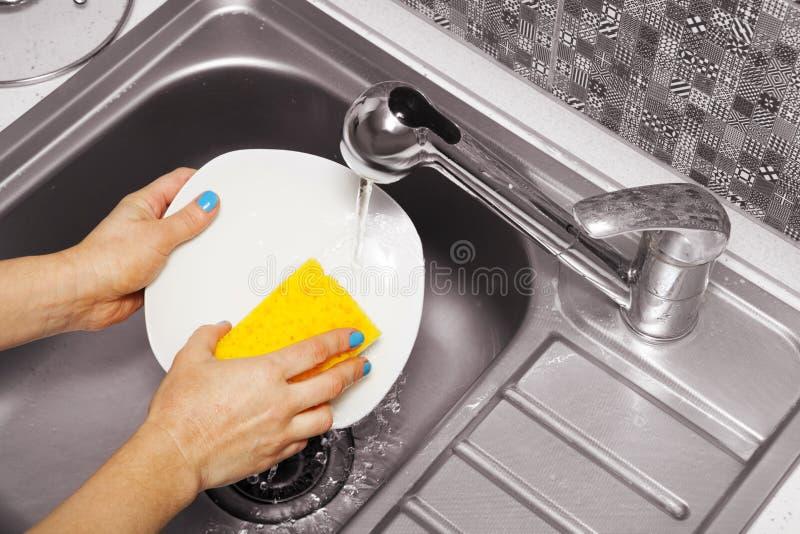 Download Vrouw Die Een Witte Schotel Wast Stock Foto - Afbeelding bestaande uit huis, clean: 107701488