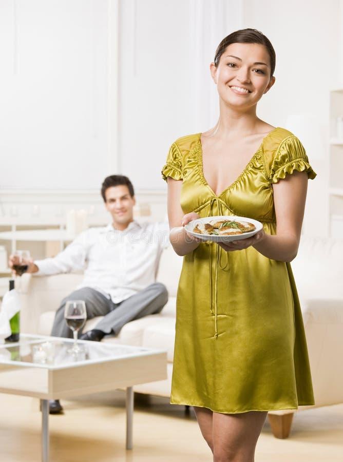 Vrouw die elegant diner dient aan echtgenoot royalty-vrije stock fotografie