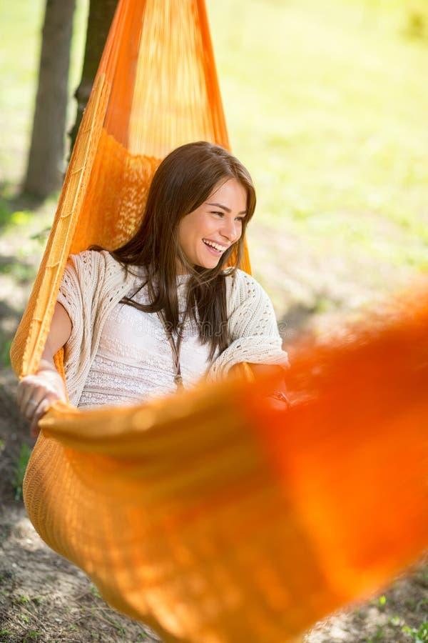 Vrouw die en in hangmat liggen genieten van royalty-vrije stock afbeelding