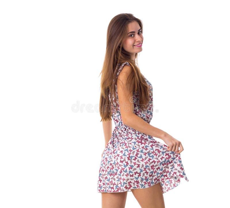 Vrouw die en kleding achteruitgaan houden stock foto