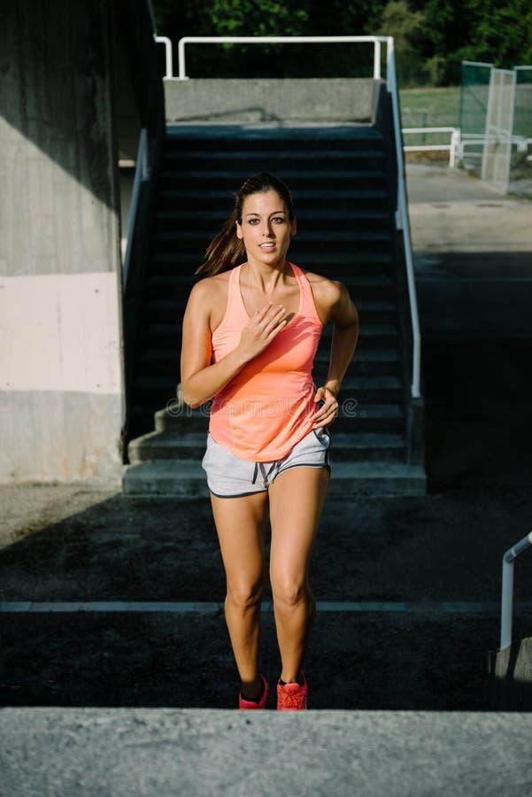 Vrouw die en treden in werking stellen beklimmen stock afbeelding