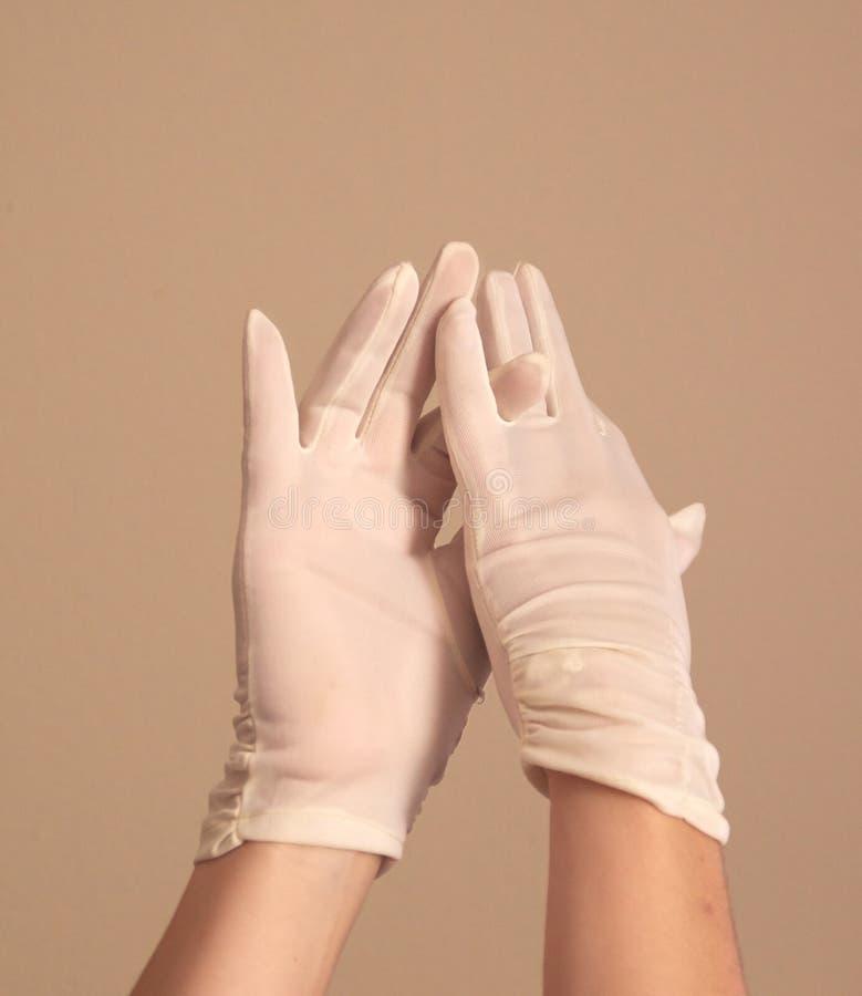 Vrouw die en uitstekende formele witte handschoenen modelleren aanpassen stock fotografie