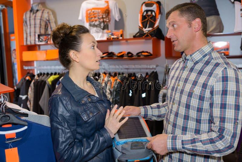 Vrouw die en vriend en om raad winkelen vragen stock foto