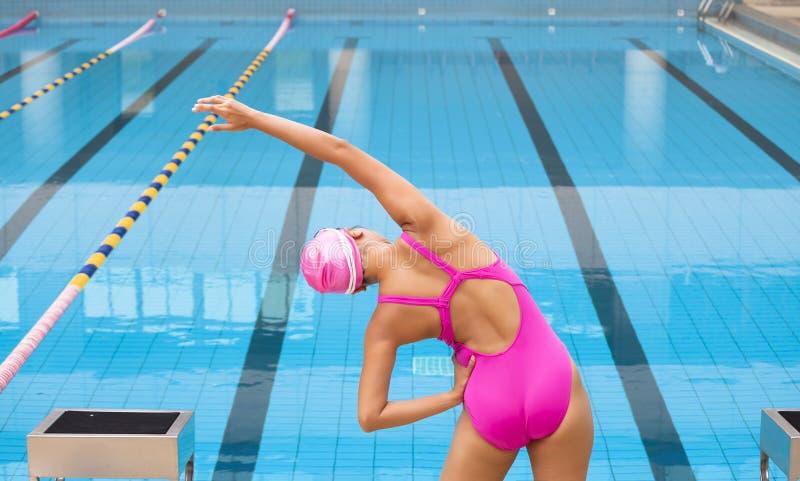 Vrouw die en zich aan het zwemmen uitrekken voorbereidingen treffen stock fotografie