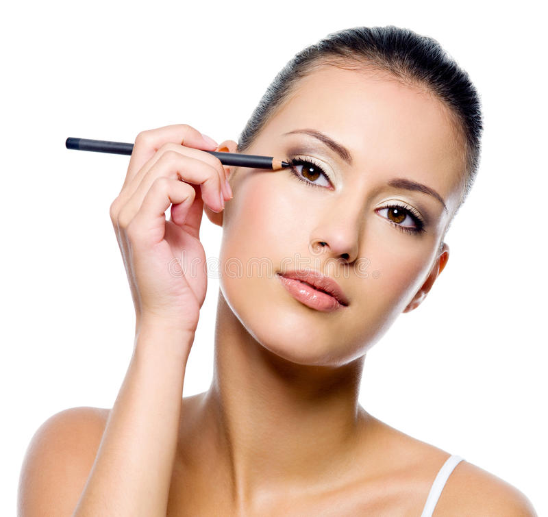 Vrouw die eyeliner op ooglid met pensil toepast royalty-vrije stock foto's