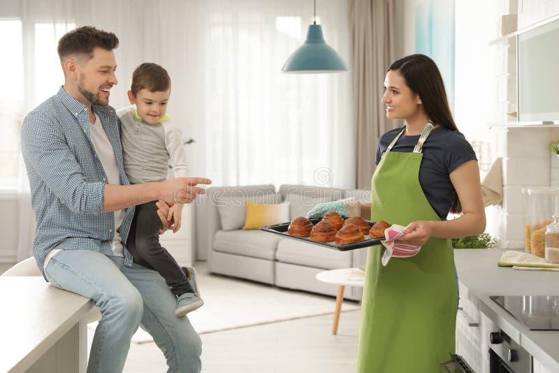 Vrouw die familie behandelen met oven gebakken broodjes royalty-vrije stock afbeelding