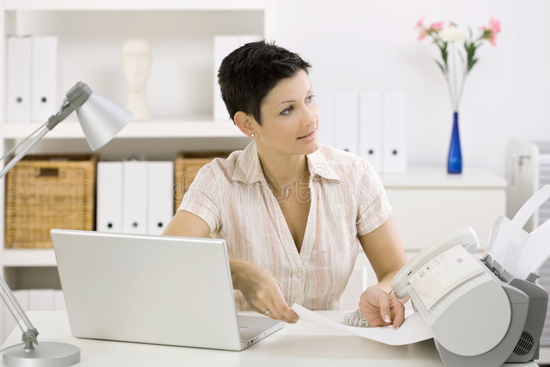 Vrouw die faxapparaat met behulp van stock fotografie