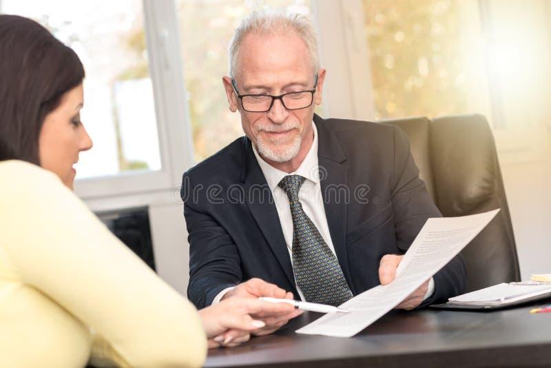 Vrouw die financiële adviseur in bureau, lichteffect ontmoeten stock foto's