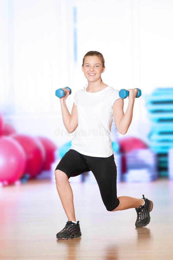Vrouw die fitness oefening doet bij sportgymnastiek royalty-vrije stock foto's