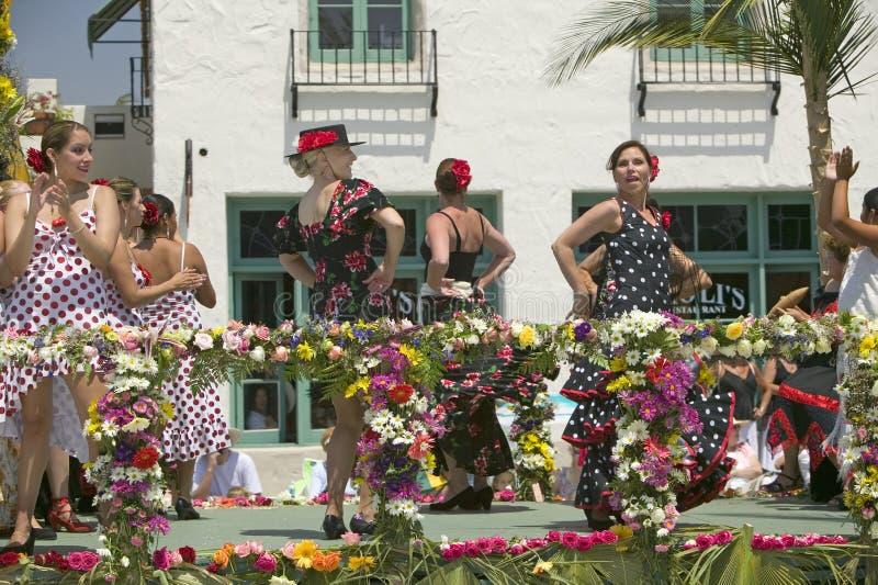 Vrouw die Flamenco uitvoeren die op paradevlotter tijdens het openen dagparade dansen onderaan State Street, Santa Barbara, CA, O stock foto's