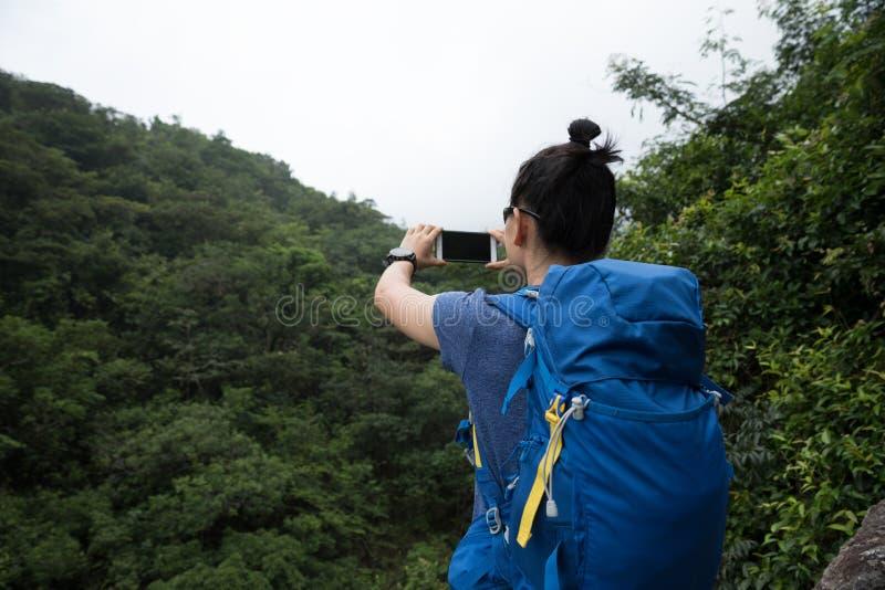 Vrouw die in Forest Taking een Selfie wandelen royalty-vrije stock foto's